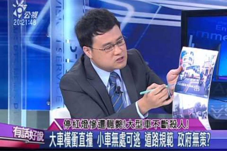 Embedded thumbnail for 停紅燈慘遭輾斃!大型車不斷殺人!